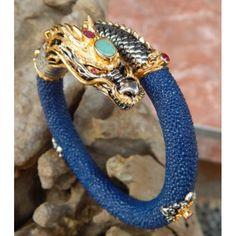 Gelang Kulit Dengan Perak Motif Naga Biru  Dimensi: 26cm Lingkar, Tebal 1 cm  Bahan: Kulit, Perak 925  Jika memakainya anda akan merasa percaya diri.