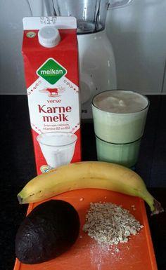 Smoothie van 250 ml karnemelk, banaan, avocado en 3 el havervlokken. Romig, maar net iets te stevig ......