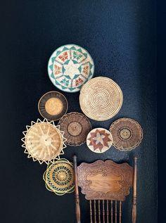 O uso de cestas na decoração é um ótimo recurso, mesmo em ambientes mais sofisticados, pois ela representa a arte manufaturada, um produto artesanal que aq