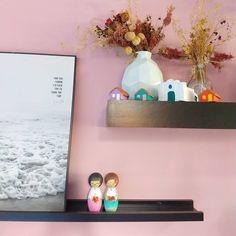 """41 curtidas, 3 comentários - Stephani Demczuk (@stephanidemczuk) no Instagram: """"Por aqui, decorar é encher a casa de coisas que enchem também o nosso coração.  Quase tudo aqui…"""" Floating Shelves, Instagram, Home Decor, Everything, Houses, Homemade Home Decor, Wall Storage Shelves, Interior Design, Wall Shelves"""