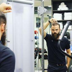 Reposting @lhommetendance: - Moi : miroir mon beau miroir, dis-moi qui est le plus beau ...🗽 - Miroir : déjà remets toi au sport et après on en reparle ... 🏋🏻♀️ . . . #lifestyle #igersfrance #sport #miroir #style #menswear #menstyle #menstagram #mensf