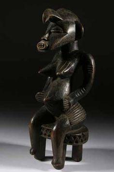 La statue Sénoufo sobre et fine montre l'âme d'un peuple fier en Afrique