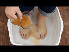 Watch This Video Mind Blowing Home Remedies for Toenail Fungus that Really Work Ideas. Astonishing Home Remedies for Toenail Fungus that Really Work Ideas. Apple Cider Vinegar Remedies, Apple Cider Vinegar Detox, Skin Care Remedies, Home Remedies, Natural Remedies, Foot Soak Vinegar, Foot Detox Soak, Toenail Fungus Remedies, Health Trends