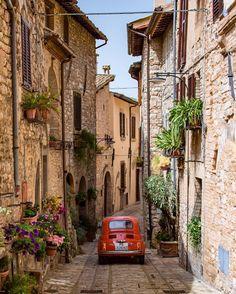 Probabilmente, la 500 più famosa in Umbria Non sono mai stato appassionato di auto d'epoca, ma riconosco che hanno una loro particolare…