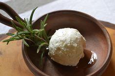 Joghurtbällchen - In Öl eingelegte und gewürzte Bällchen aus Joghurt oder Frischkäse gehören zu den teureren Delikatessen, die sich aber ganz einfach selbst herstellen lassen.