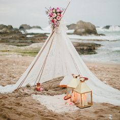 Have any plans for the long weekend? A #bohemian candlelit #picnic on the #beach in North Ireland would be incredible if you ask us! Since we can't make it there ourselves, this inspiration on the blog will do. Florals: @floralearth | Styling: @betty_williamson | Photography: @gracephotog #teepee