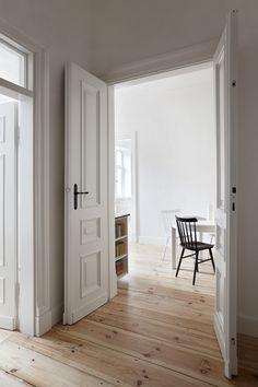 INTERIOR DESIGNER & STYLIST: Agnieszka Suchora / PHOTOGRAPHY & POSTPRODUCTION: Jola Skóra // table: IKEA / chairs: TON