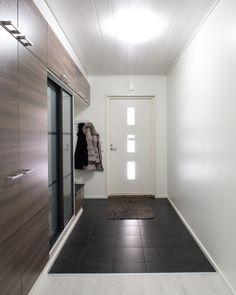 Tilava eteinen, jossa paljon säilytystilaa Flooring, Tile Floor