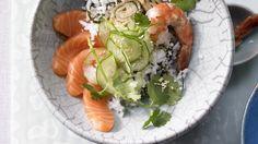 Gerollt muss nicht sein: Sushi aus der Schüssel mit Gurke, Lachs, Omelette und Garnelen | http://eatsmarter.de/rezepte/sushi-schuessel