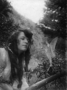 sir arthur conan doyle believed that these photos were of real fairies Art Magique, Real Fairies, Famous Fairies, Beautiful Fairies, Flower Fairies, Vietnam, Fairies Photos, Fairy Ring, Supernatural