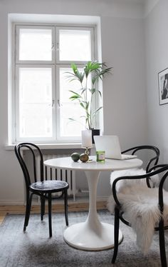 Bentwood chairs are a fantastic choice for your dining room. See our favorite options for shopping this classic Thonet chair. Ikea Dining, Ikea Table, Dining Nook, Round Dining Table, Dining Chairs, Gold Desk Chair, Küchen Design, Interior Design, Minimalist Decor