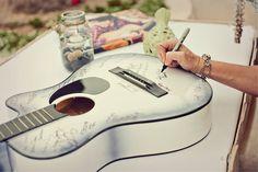 Een gitaar als gastenboek is super leuk bij een rock-'n-roll bruiloft of wanneer de bruid of bruidegom gitaar speelt. Mooi als kunstwerk aan de muur!