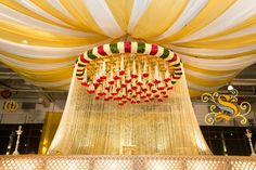 Südindische Hochzeit Mandap Dekor - Baalika's wedding - Marriage Wedding Hall Decorations, Marriage Decoration, Wedding Entrance, Wedding Mandap, Wedding Ceremony Backdrop, Wedding Venues, Wedding Ideas, Arch Decoration, Telugu Wedding