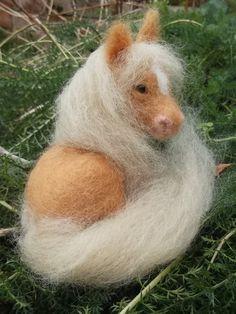 He encontrado este interesante anuncio de Etsy en https://www.etsy.com/es/listing/221196484/needle-felted-animal-miniature-palomino