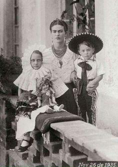 Frida Kahlo con su sobrinos, Isolda y Antonio. Los únicos descendientes de Kahlo. Oaxaca, México (1935)