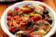 Peito de Frango com Molho de Tomate e Azeitonas: Que tal fazer um delicioso peito de frango acompanhado com molho de tomate, azeitonas e coentro? Confira!