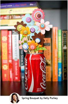 Olha que coisa mais linda, é um vaso feito com a lata da coca-cola (você pode reciclar garrafas de vidro, potes de cerâmicas ou o que a sua criatividade mandar... as flores ela fez recortando pétalas de feltro (deixo um molde aqui na postagem) e ela amarrou o feltro no palito de churrasco, você pode colar também :) o miolo das flores foi feito com vários botões costurados com linha... espero que gostem de mais esse mimo feito a mão!