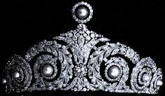 """España:Cartier Diamond and Pearl Tiara. Diseñada por Cartier en 1920 es de inspiración art-decó y está orlada con brillantes y perlas sobre una base de platino.(La diadema lleva hoy ocho grandes perlas que sustituyen a las ocho enormes esmeraldas regaladas por Eugenia de Montijo). Conocida como """"la diadema de perlas de la Reina Ena"""". Destaca en esta joya la flor de lis abrazada por dos grandes brillantes y rematada por una perla y seis roleos vegetales con una perla en cada uno."""
