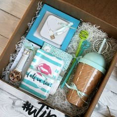 DIY Christmas Gifts for Friends on a Budget – Gift Box Light blue Christmas gift box for girls Themed Gift Baskets, Birthday Gift Baskets, Diy Gift Baskets, Christmas Gift Baskets, Christmas Gifts For Friends, Birthday Box, Christmas Gift Box, Handmade Christmas Gifts, Birthday Presents