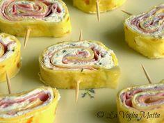 La Voglia Matta: Girelle di crepes alla mortadella Party Finger Foods, Finger Food Appetizers, Ham And Cheese Pinwheels, Antipasto, Fett, Starters, Quiche, Waffles, Recipes