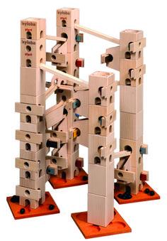 In diesem Kugelbahn-Baukasten sind alle Bauteile und Klangplatten (72 Teile) drin, um die Melodienbahn - Weisst du wieviel ... - aufzubauen und abzuspielen. Es gibt auch ein Komplett-Set, mit diesem können alle 12 Melodien vollständig aufgebaut werden.