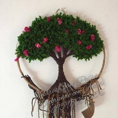 Árbol realizado en aro de 31.5 cms Macrame Projects, Diy Craft Projects, Handmade Crafts, Diy And Crafts, Diy Dream Catcher Tutorial, Woolen Craft, Crochet Tree, Crochet Wall Hangings, String Crafts