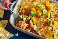 Een ovenschotel hoeft echt niet per sé met gehakt, bladerdeeg of met aardappeltjes gemaakt te worden hoor. Deze heerlijke Mexicaanse ovenschotel is namelijk een tikje anders dan anders. Je maakt deze ovenschotel namelijk met kip, courgette, mais, paprika en kidneybonen en dat top je af met een lekkere zelfgemaakte salsa, kaas en... Tortillachips! Heel verrassend, en oh zo lekker. Smullen maar!