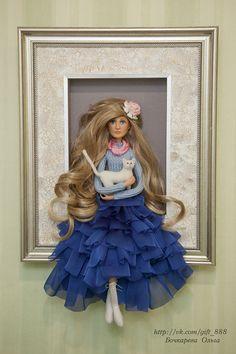 Интерьерная композиция - кукла в картине.  Голова куклы и лицо - запекаемый пластик. Руки и ноги - на проволочном каркасе, могут менять позы.  Белый котик - сухое валяние из шерсти на каркасе.  Куклу в картине можно приобрести. Автор: Бочкарева Ольга