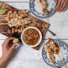 I found out about chicken satay thanks to my mother-in-law, who often ordered them from a fantastic neighbourhood restaurant. Pollo Satay, Party Food Catering, Tapas, Cooking Time, Cooking Recipes, Lean Cuisine, Chicken Satay, Chicken Skewers, Grilled Fruit
