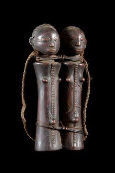Poupee jumeau rituelle - Tabwa - RDC Zaire - Poupees africaines African Dolls, African Masks, Rose Croix, Afrique Art, Africa People, Sculpture, Congo, Wood Art, Carving