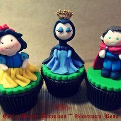 ~ Cupcakes Branca de Neve Madrasta e Prícipe Encantado ~ Mais fotos em nosso Facebook: www.facebook.com/catssecretcupcakes  Curtam a página!  #brancadeneve #festabrancadeneve #snowwhitwparty #sonowwhitebirthday #candies #chocolate #presidenteprudente #sweetmeat #cupcakesbrancadeneve #cupcakesdecor #snowwhitecupcake