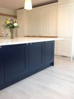 Island F&B Hague Blue, dresser Wimborne White Open Plan Kitchen Living Room, Kitchen Family Rooms, New Kitchen, Shaker Kitchen, Kitchen Ideas, Kitchen Design, Kitchen Island With Seating For 4, Blue Kitchen Island, Navy Kitchen Cabinets