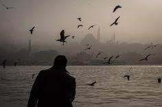 Un uomo vende pannocchie a Istanbul, Turchia, 1 marzo 2017 (Chris McGrath/Getty Images)