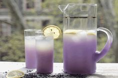 Lavender tea can help ease insomnia. Lavender tea can help calm nervousness and anxiety. It's also used to alleviate stress and uplift flagging spirits. Lavender tea may help treat an upset stomach, as well as flatulence Yummy Drinks, Healthy Drinks, Healthy Food, Ice Tea Drinks, Healthiest Drinks, Pitcher Drinks, Yummy Food, Juice Drinks, Refreshing Drinks