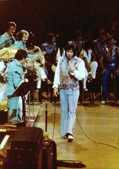 Elvis In Concert, Elvis Presley Photos, Graceland, Candid, Rock And Roll, Handsome, Levis, Celebrities, Jumpsuits