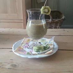 Lekkere smoothie met kiwi banaan een melk heerlijk een in de blender een klaar