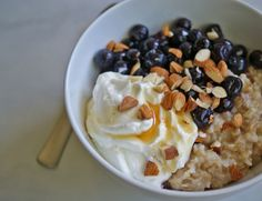 How to Make the Healthiest Bowl of Oatmeal (featuring Greek Yogurt yumminess)!