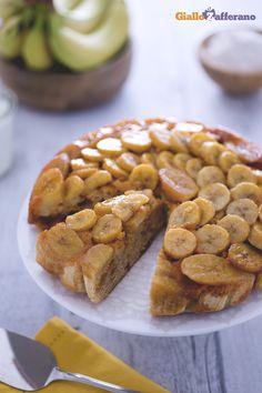 Senza burro ma con yogurt greco, la torta rovesciata alle #banane (upside-down banana cake) è un dolce ideale per ogni stagione! #ricetta #GialloZafferano #italianfood #italianrecipe