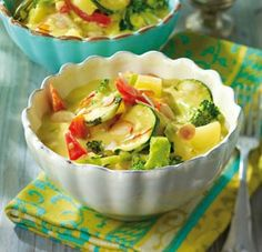 Gemüse-Curry mit Kokosmilch Rezept: Kartoffeln,Broccoli,Zucchini,Paprikaschote,Knoblauchzehe,Zwiebel,Ingwer,Mandelblättchen,Öl,Pfeffer,Mehl,Curry,Kokosmilch,Gemüsebrühe,Oelek