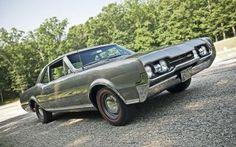 1967-oldsmobile-442 Dans une ère de  performance en pleine expansion,  l'Oldsmobile 442  apparut comme un groupe d'options  sur les modèles F-85 et Cutlass en 1964.