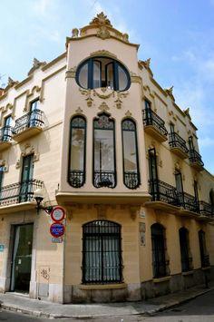 Casa Manuel Planas (1908), arquitecto Gaietà Miret, actual Hotel Noucentista. Carrer Illa de Cuba 21, Sitges.