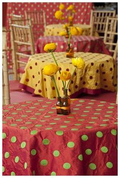 I want to eat st this table. Just perfectly my style :)
