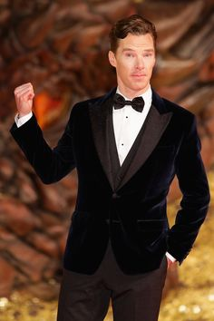 Benedict being adorable at Hobbit premiere... I love his expression. He's like ''That's me!''