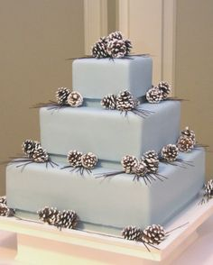 I love the subtle winter wonderland theme for this wedding cake!