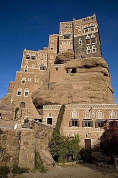 Dar Al HajarSuq al-Wadi, Yemen. This massive palace was built as a summer home for the king of Yemen in the Backyard Cottage, Unique Buildings, City Architecture, Life Is An Adventure, Monument Valley, Places To Go, Around The Worlds, Real Estate, House