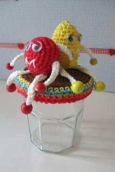 M&M's free crochet pattern. Crochet Keychain, Crochet Bookmarks, Crochet Stitches Free, Crochet Patterns, Crochet Gifts, Crochet Dolls, Crochet Jar Covers, Doll Amigurumi Free Pattern, Bottle Cap Art