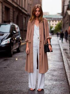 How to wear a trench coat. Photos, tips and inspiration on how to wear the season's biggest fashion trend, the trench coat. Look Fashion, Winter Fashion, Womens Fashion, Fashion Trends, Net Fashion, Milan Fashion, Fashion Models, Streetwear, Stockholm Street Style