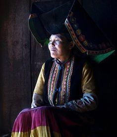 Mattia Passarini (@mattia_passarini) op Instagram: 'Black Yi Ethnic (黑彝族) from Yunnan province, #China #ethnic #ig_respect #portrait_shots…'
