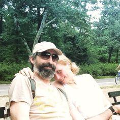 Tomando un descanso en Central Park Central Park, Wayfarer, Ray Bans, Mens Sunglasses, Style, Take A Break, Swag, Men's Sunglasses, Outfits