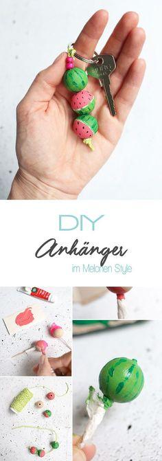 Dani von Gingered Things zeigt dir auf ihrem DIY Blog wie du aus Holzkugeln und Acrylfarbe einen tollen somemrlichen Schlüsselanhänger im Wassermelonen Style machen kannst. Prima als Geschenk.